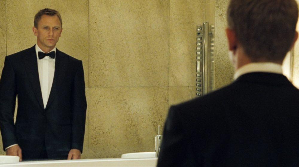 Bond 25 lurer toilet / Filmz.dk